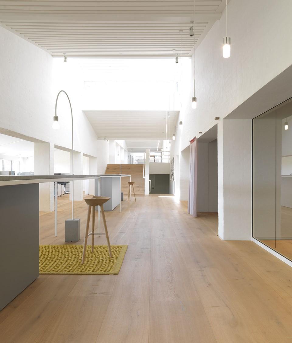 oak-planks-heartoak_treatment-light-oil_kvadrat-hq_hallway_dinesen.jpg