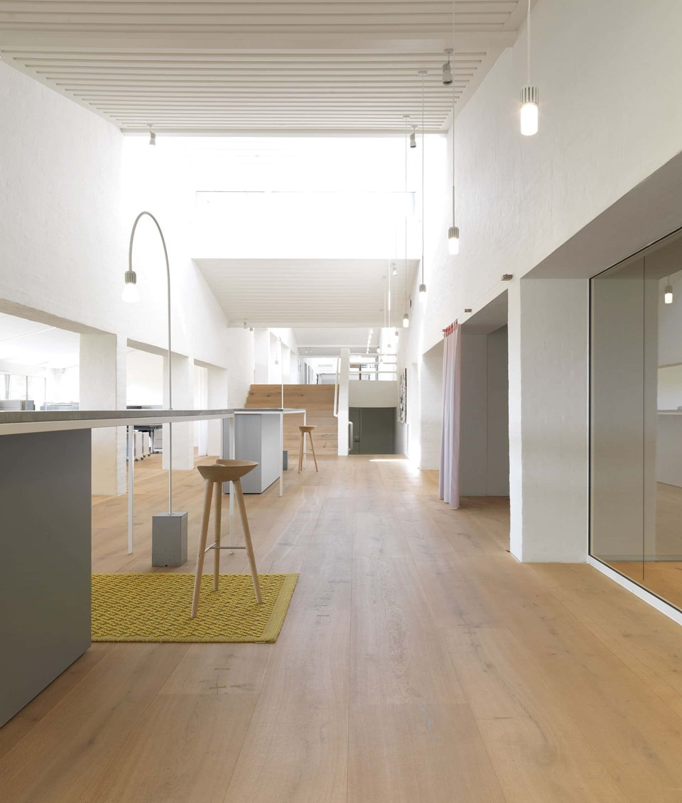 oak-planks-heartoak_treatment-light-oil_kvadrat-hq_hallway_dinesen.jpg