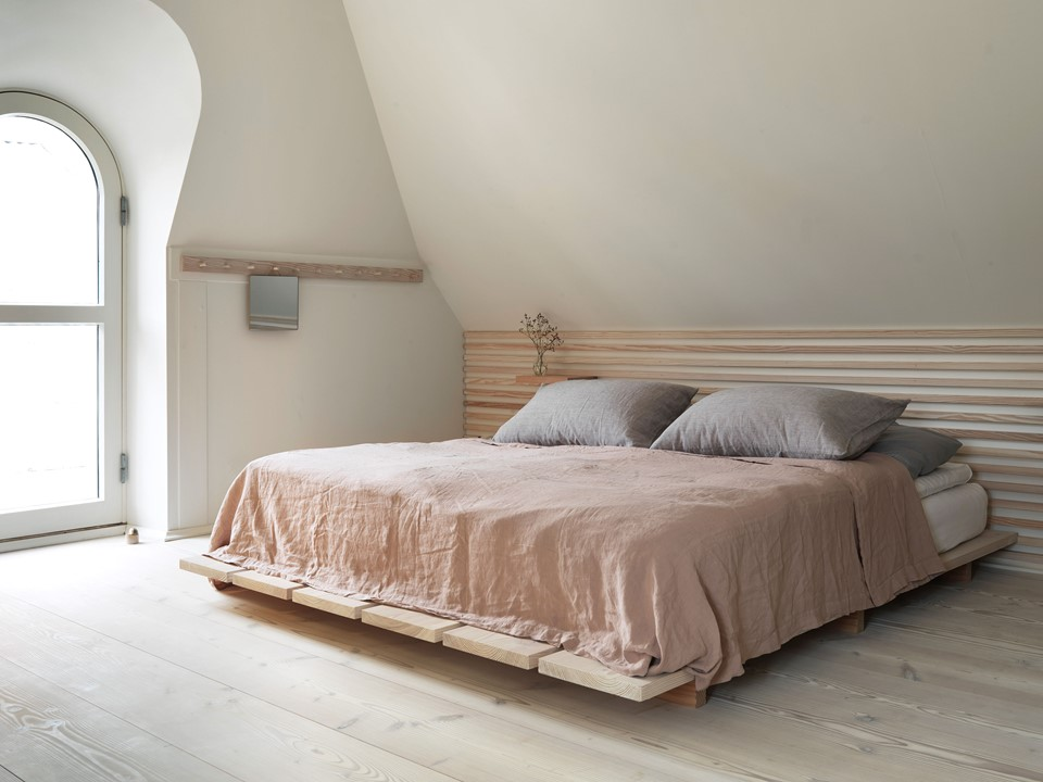 douglas-fir-floor_lye-white-soap-underfloor-heating_bedroom_panelling_dinesen-country-home.jpg