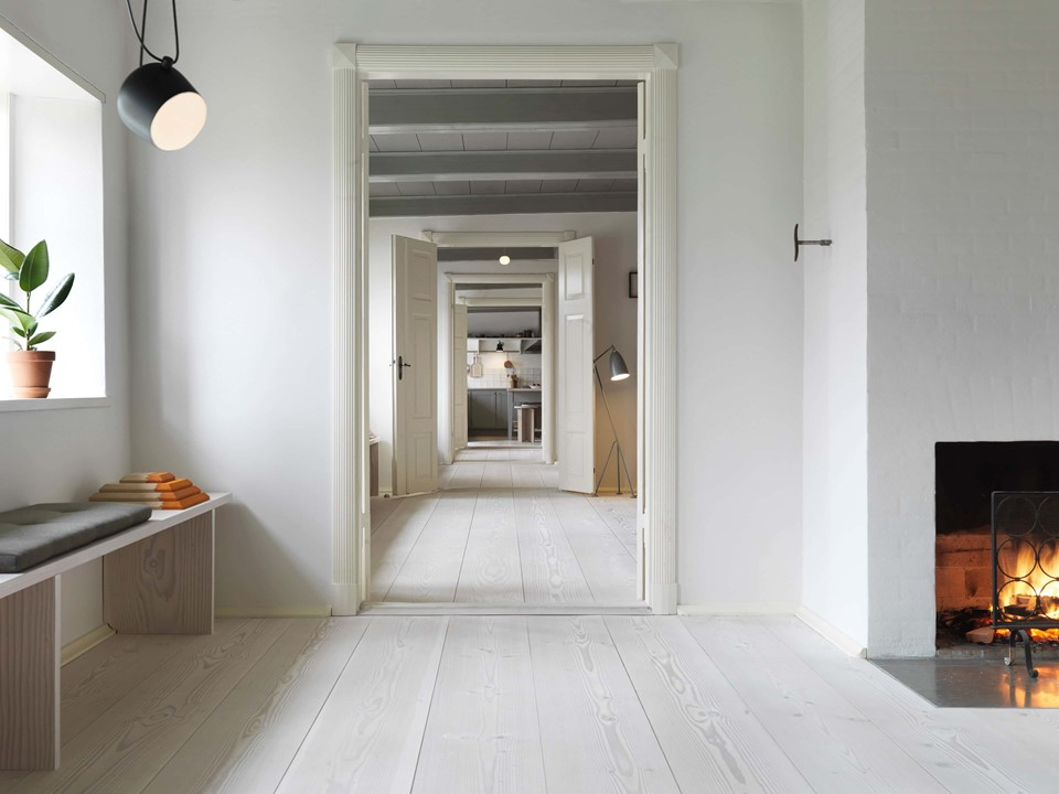 douglas-fir-floor_lye-white-soap-underfloor-heating_hallway_dinesen-country-home_02.jpg