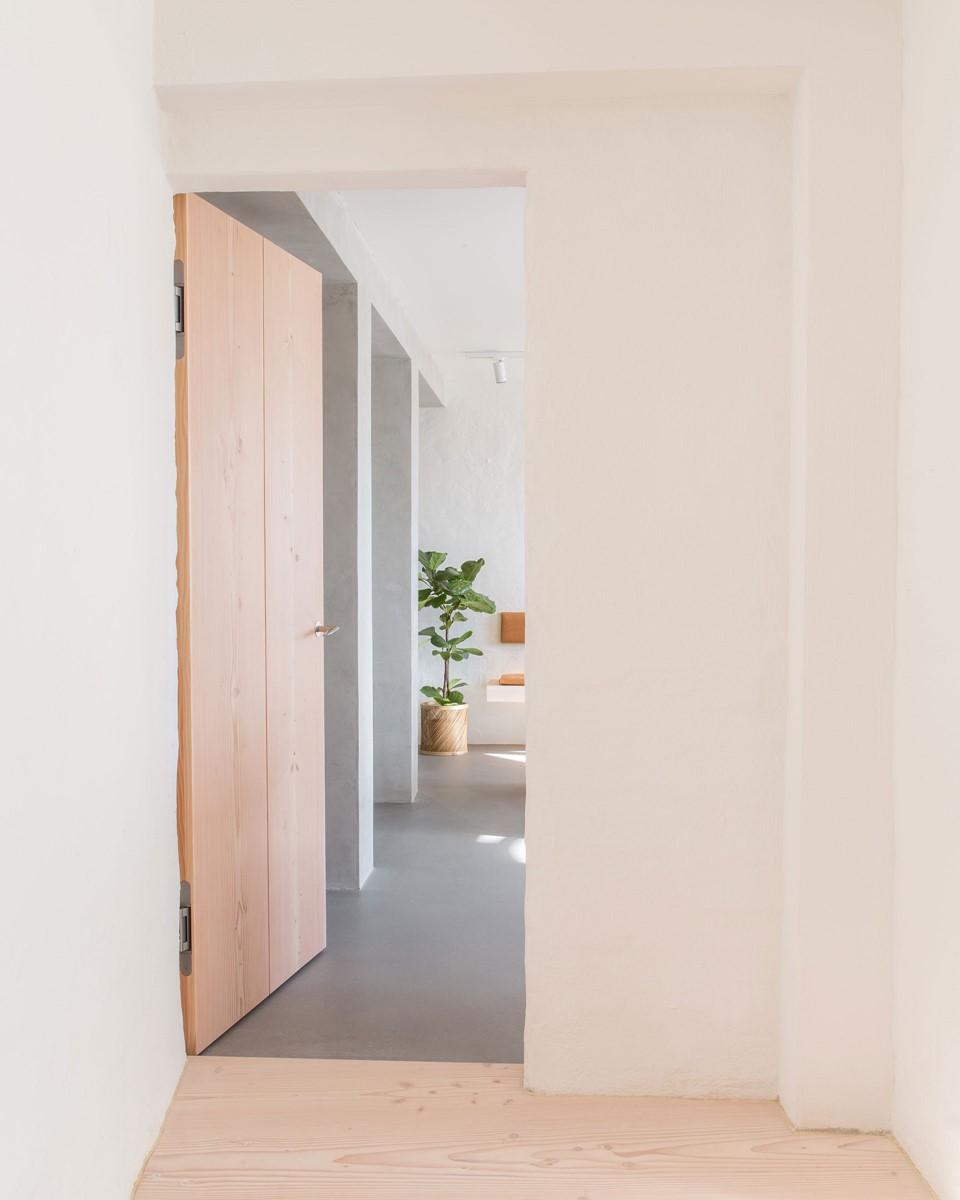 mejlborg-basement_aarhus-showroom_vahle-douglas-door_dinesen.jpg