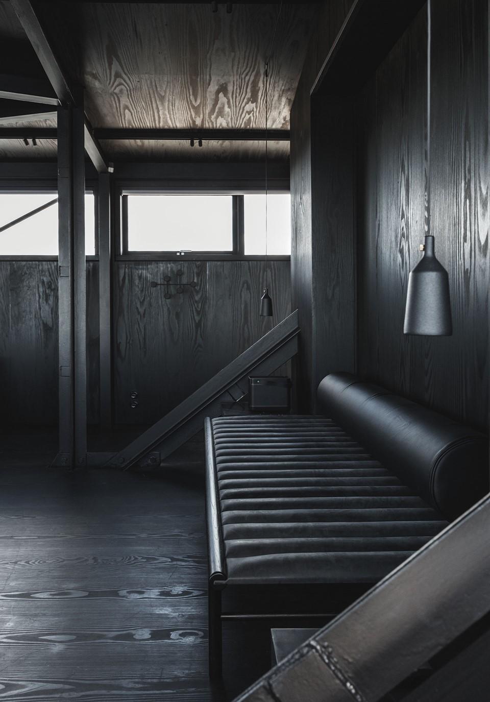 douglas-floor_megablack-oil_the-krane-copenhagen_hotel-room-daybed_dinesen_02.jpg