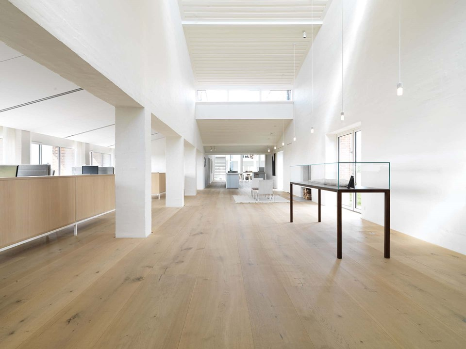 1920_heartoak-flooring-oak_light-oil_kvadrat_office_dinesen.jpg