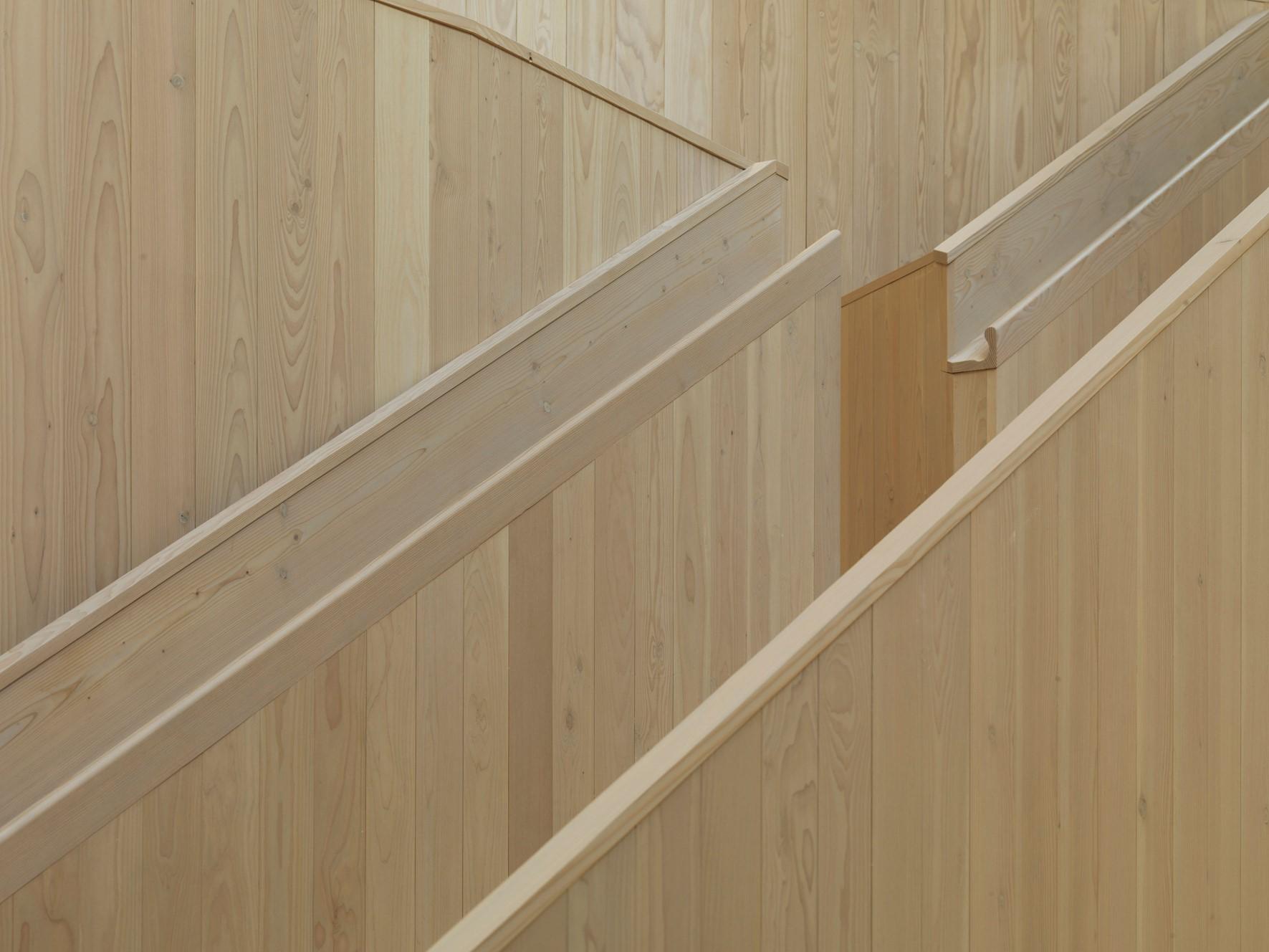 solid-douglas-flooring_green-oil_centiro-office_staircase_dinesen.jpg