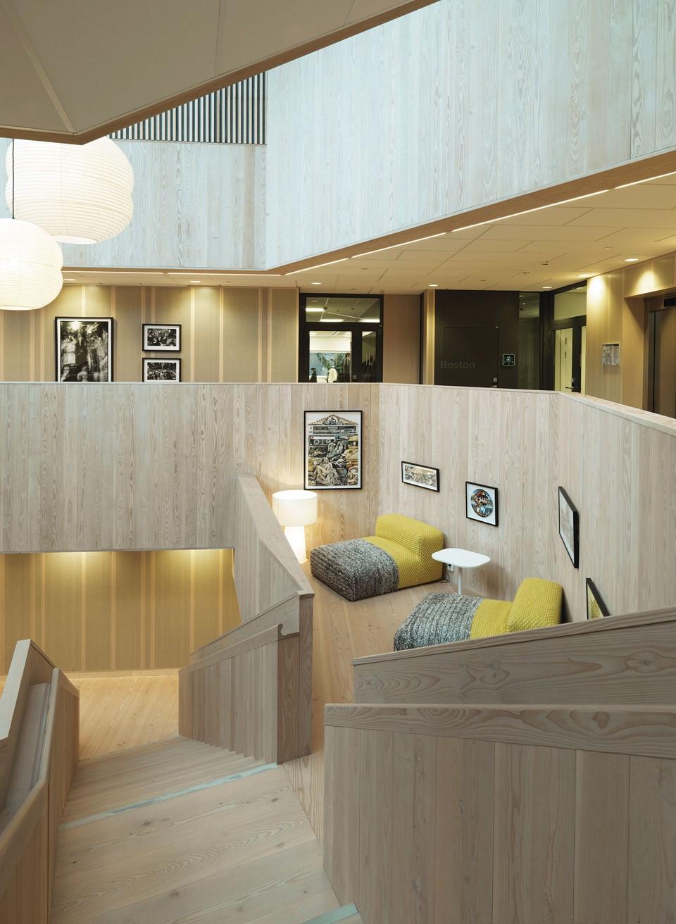solid-douglas-flooring_green-oil_centiro-office-sweden_staircase_dinesen_01.jpg