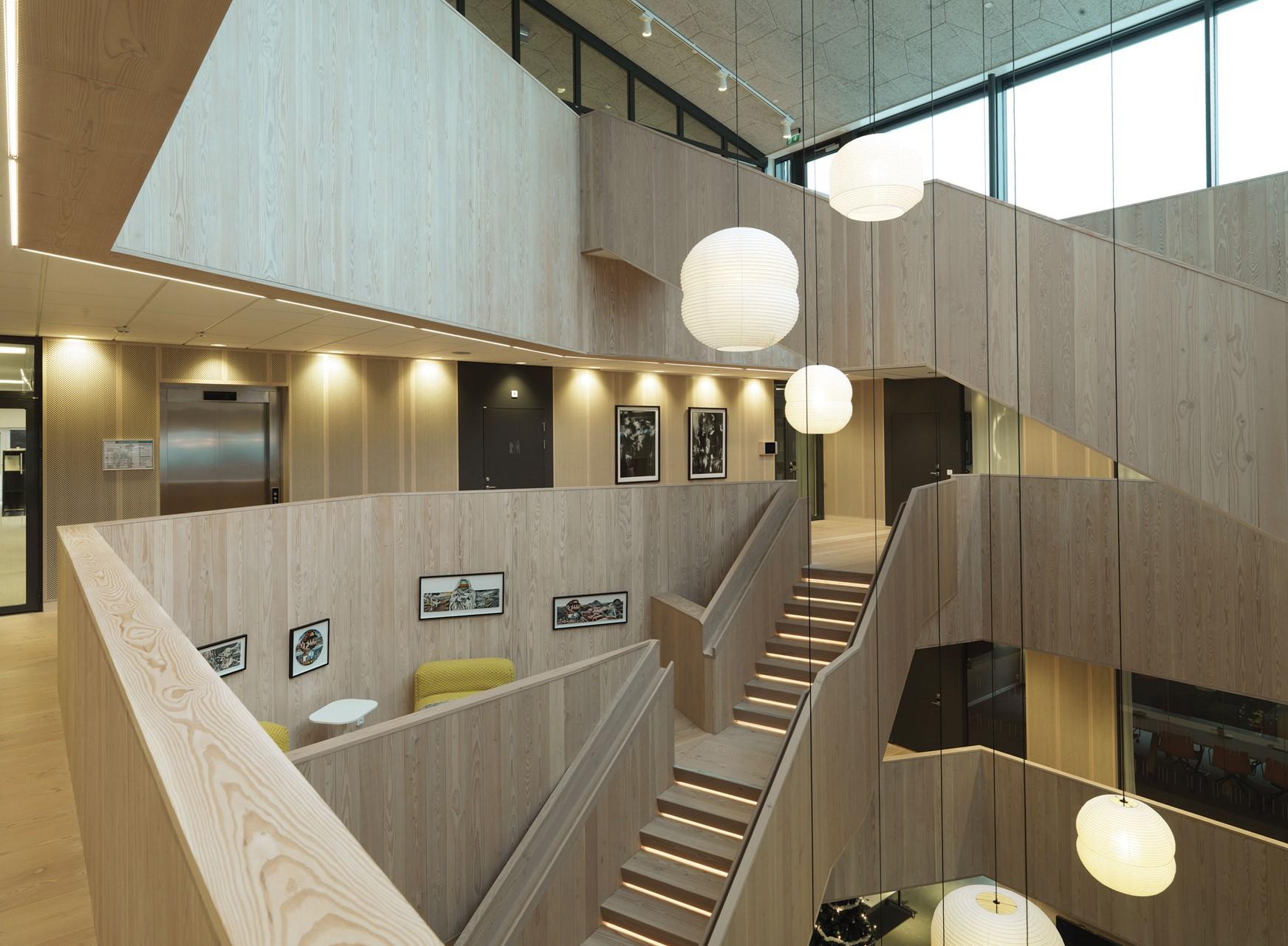 solid-douglas-flooring_lye-and-natural-oil_centiro-office-sweden_staircase_dinesen.jpg