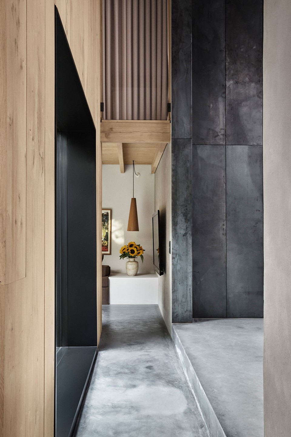 oak-hardwood-wall-cladding-heartoak_natural-oil_peters-house_concrete-hallway_dinesen.jpg