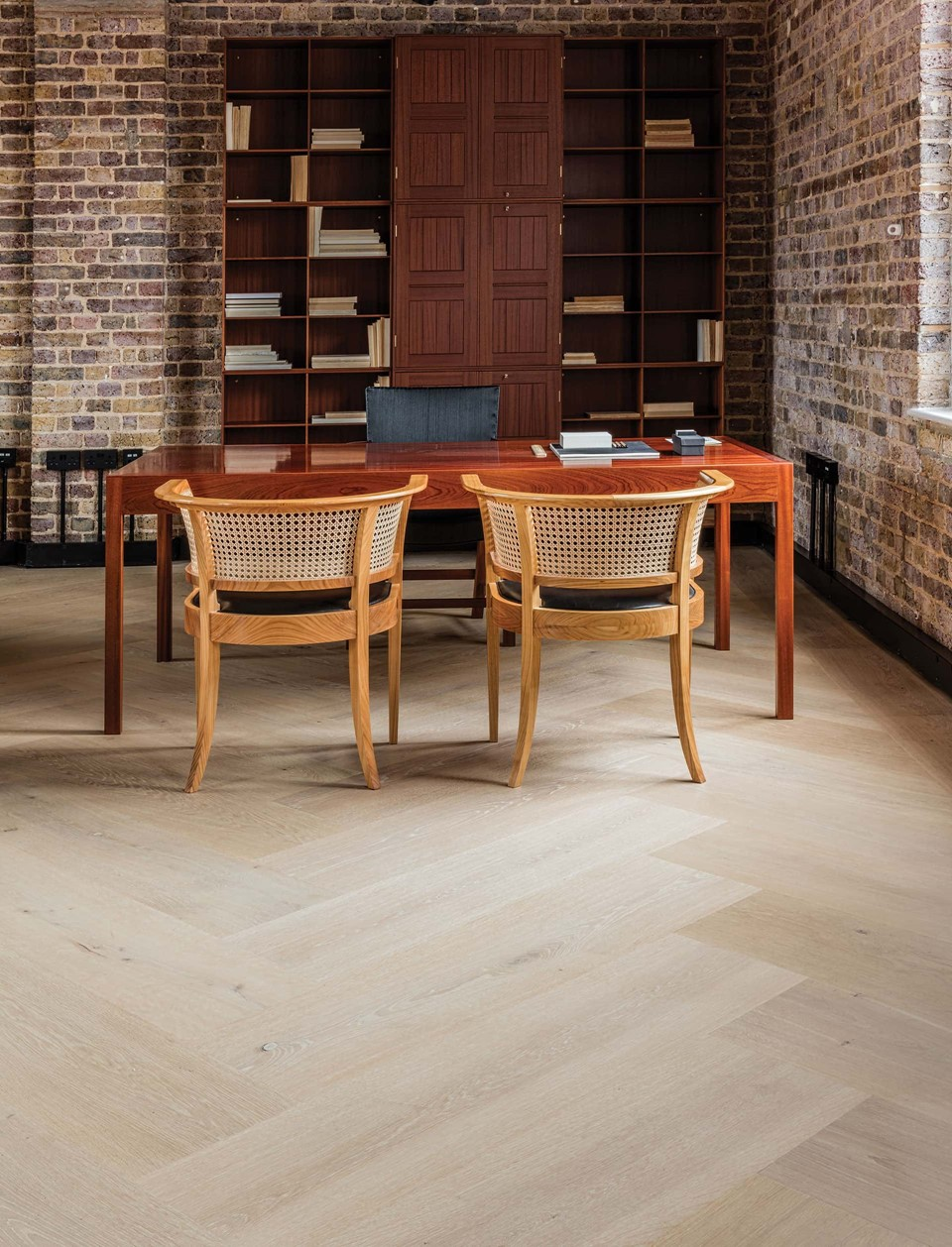 oak-herringbone-floor_light-oil_carl-hansen-showroom-london_dinesen_03.jpg