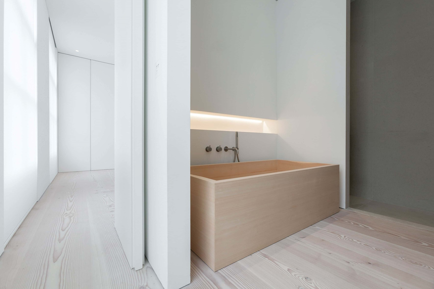 douglas-plank-floor_lye-and-natural-oil_coach-house-amsterdam_bathroom_dinesen.jpg