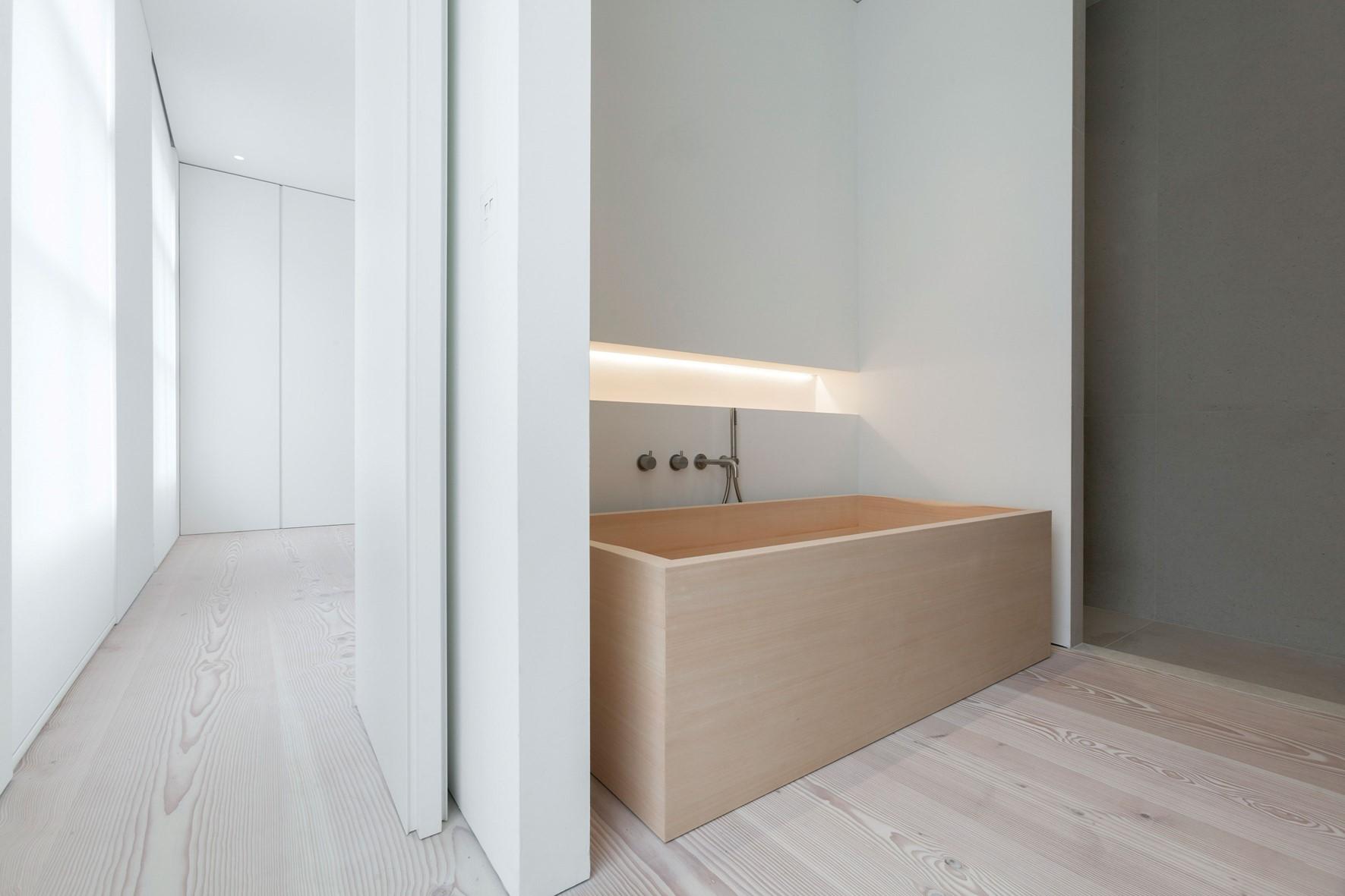 douglas-plank-floor_lye-and-natural-oil_coach-house-amsterdam_bathroom_dinesen.jpg