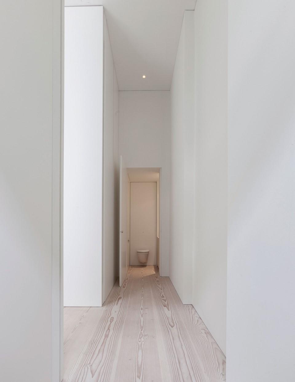 douglas-plank-floor_lye-and-natural-oil_coach-house-amsterdam_hallway_dinesen.jpg