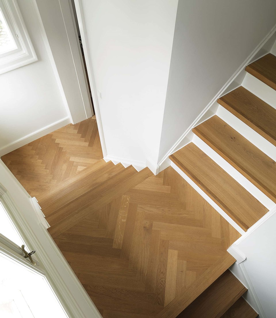 oak-herringbone-floor_natural-oil_villa-gentofte_staircase_dinesen.jpg
