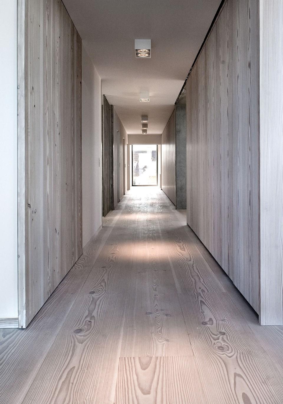 solid-douglas-flooring_lye-white-soap_casa-spodsbjerg_hallway-wood_dinesen.jpg