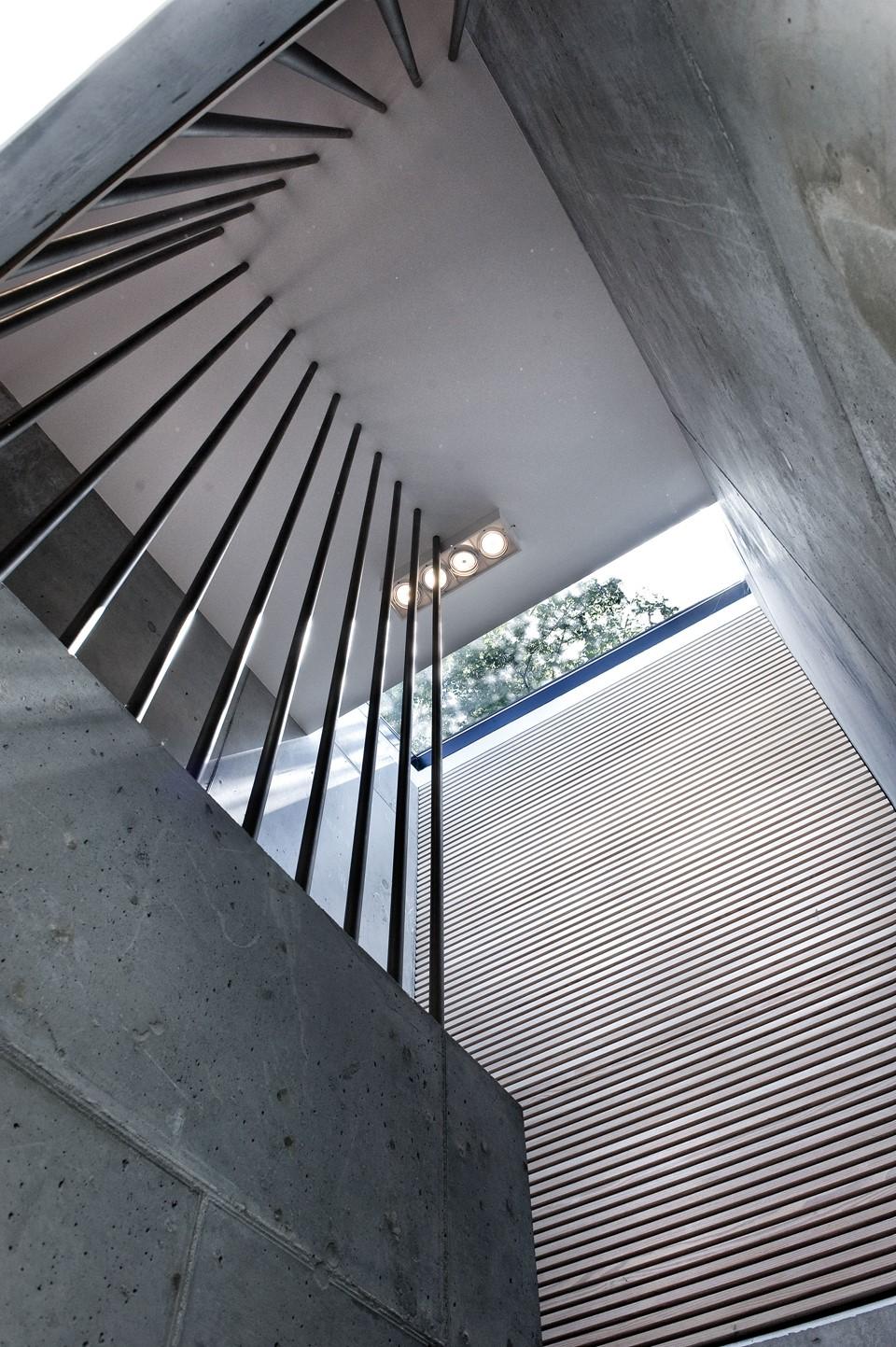 solid-douglas-flooring_lye-white-soap_casa-spodsbjerg_staircase_dinesen.jpg