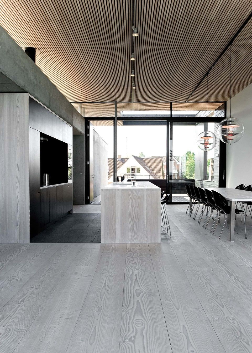 solid-douglas-flooring_lye-white-soap_casa-spodsbjerg_wood-kitchen-ceiling_dinesen.jpg