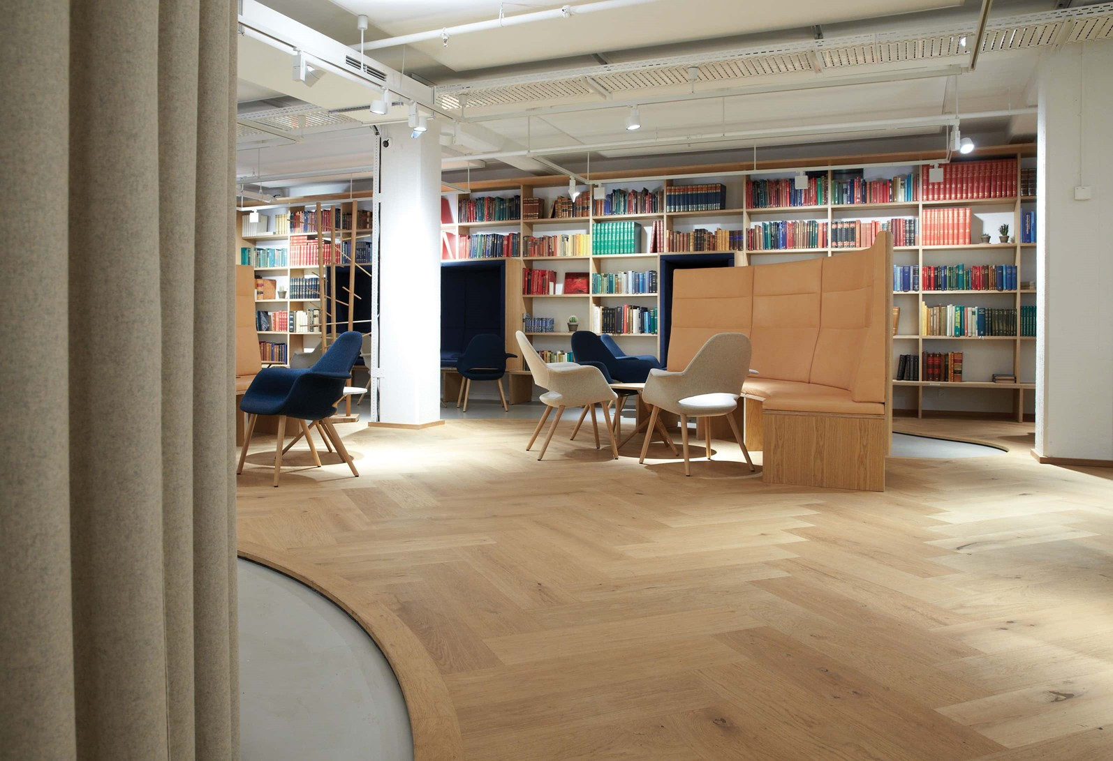 oak-herringbone-floor_natural-oil_the-royal-danish-library-aarhus_book-shelves_dinesen.jpg